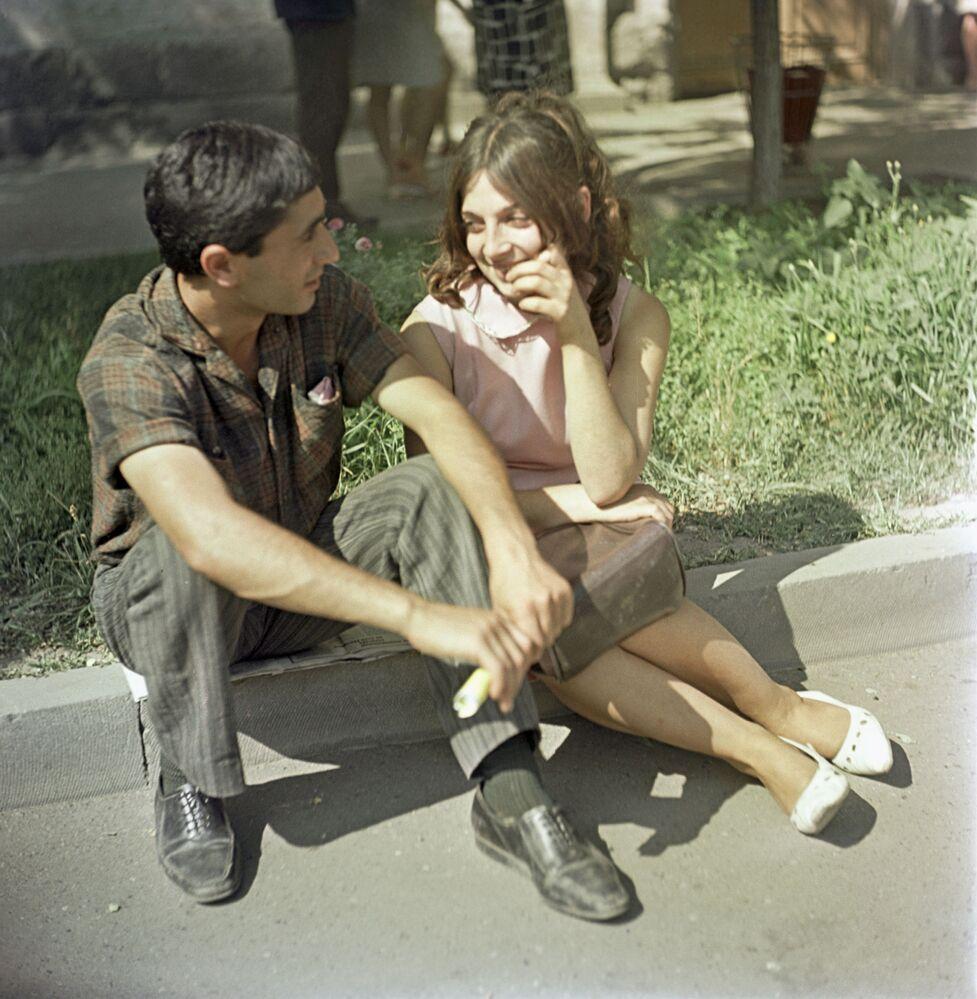 1969 -  Siediti qui una coppia a Yerevan, in Armenia