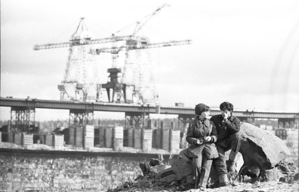 1974 - Ci vediamo dopo: due giovani dopo il turno di lavoro al cantiere della centrale idroelettrica di Ust-Ilimsk, sul fiume Angara