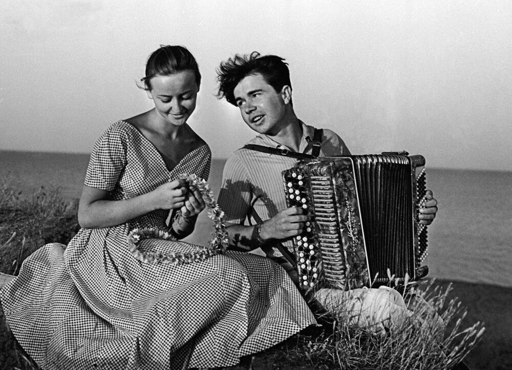 1959 - M'ama o non m'ama? Due studenti del Politecnico di Odessa su una spiaggia del Mar Nero
