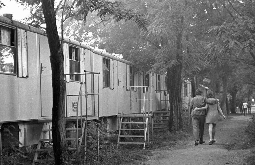 1976 - Una capanna per due: una giovane coppia ritorna al suo bungalow nel villaggio allestito per gli operai impegnati nei lavori di costruzione di un gasdotto ad Orenburg.