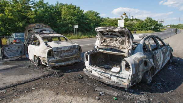 Сгоревшие автомобили на дороге в Мукачево - Sputnik Italia