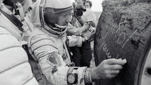 Il cosmonauta Leonov autografa il modulo spaziale della missione Apollo Soyuz - Sputnik Italia