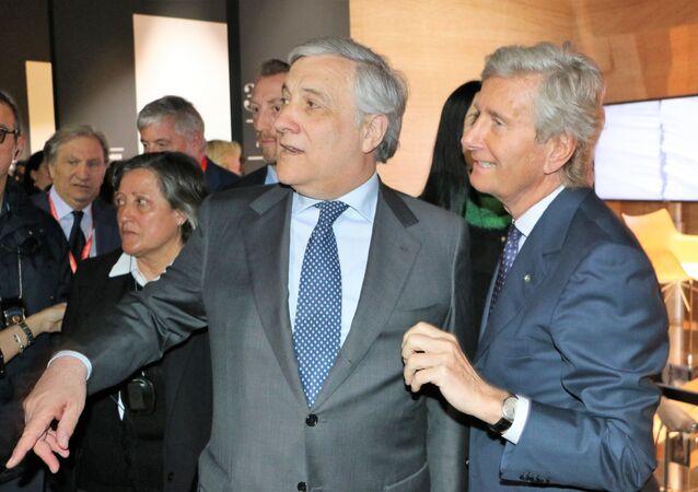 Antonio Tajani (al centro) con Claudio Luti (a destra)
