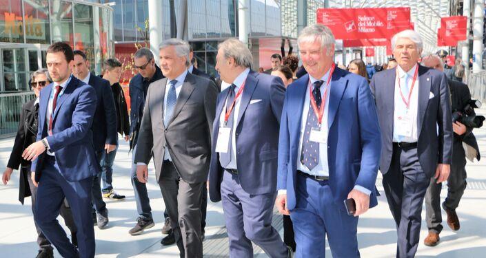 Antonio Tajani (secondo a sinistra) arriva al Salone del Mobile a Milano