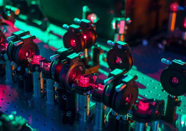 Un processore quantico di fotoni in grado di valutare contemporaneamente diversi scenari futuri per il sistema