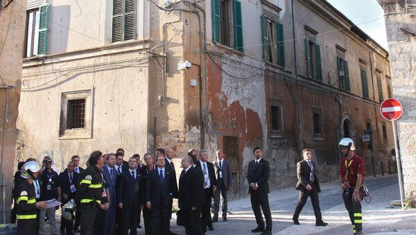 Silvio Berlusconi e Dmitriy Medvedev nelle zone colpite dal terremoto all'Aquila - Sputnik Italia