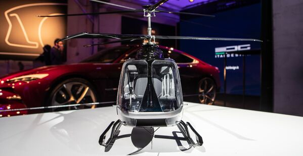 Il modello dell'elicottero VRT 500 presentato a Fuorisalone 2019: sullo sfondo il prototipo dell'auto elettrica GT Italdesign Da Vinci - Sputnik Italia
