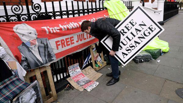Proteste vicino all'ambasciata dell'Ecuador a Londra dopo l'arresto di Assange - Sputnik Italia