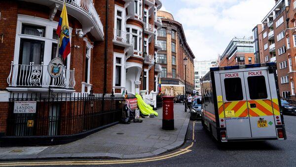 Auto della polizia vicino all'ambasciata dell'Ecuador a Londra - Sputnik Italia