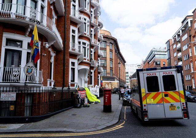 Auto della polizia vicino all'ambasciata dell'Ecuador a Londra