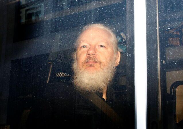 Julian Assange dopo l'arresto a Londra