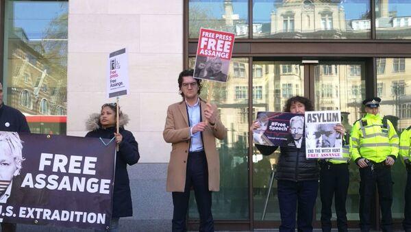 Le proteste davanti alla corte dov'è stato portato Assange. - Sputnik Italia