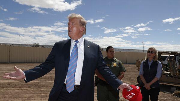 Donald Trump al confine con Messico - Sputnik Italia