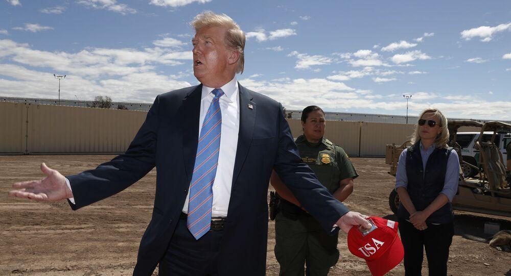 Donald Trump al confine con Messico