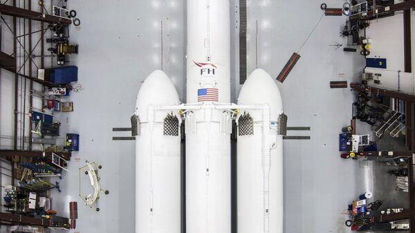 Il razzo vettore pesante Falcon Heavy di SpaceX  - Sputnik Italia