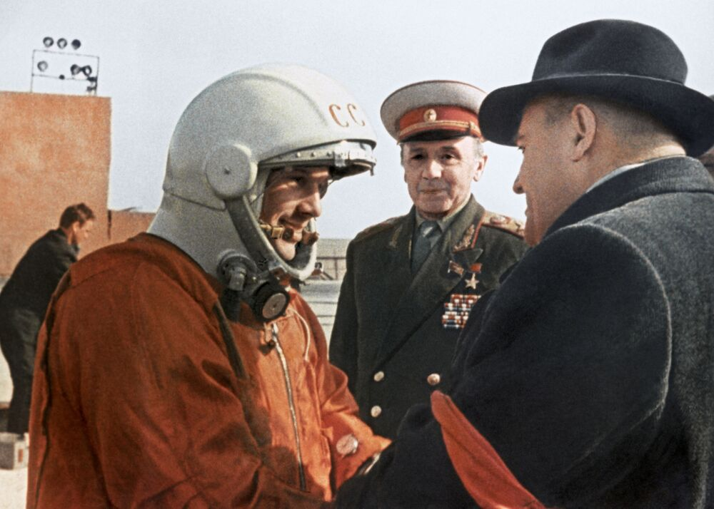 Sergey Korolev, il progettista capo del programma spaziale sovietico, impartisce a Yuri Gagarin le ultime indicazioni prima del volo