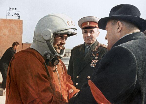 Sergey Korolev, il progettista capo del programma spaziale sovietico, impartisce a Yuri Gagarin le ultime indicazioni prima del volo - Sputnik Italia