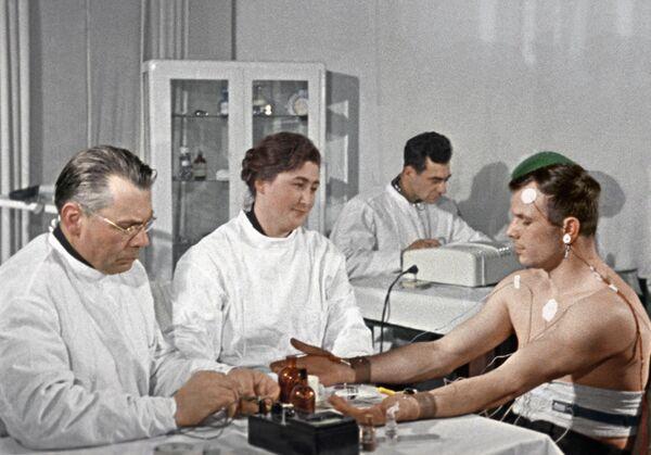 Yuri Gagarin durante un controllo medico poche settimane prima del suo volo nello spazio - Sputnik Italia