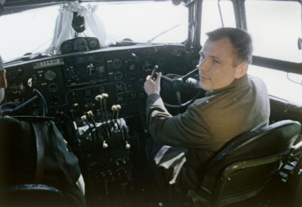 Yuri Gagarin, oltre che cosmonauta, fu anche colonnello dell'Aeronautica Militare Sovietica: in questa fotografia eccolo nella cabina di pilotaggio di un cacciabombardiere MiG