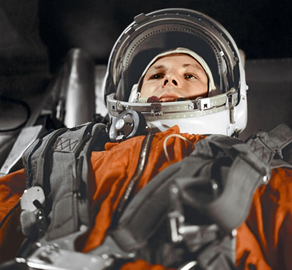 Yuri Gagarin dentro la cabina della navicella spaziale Vostok-1