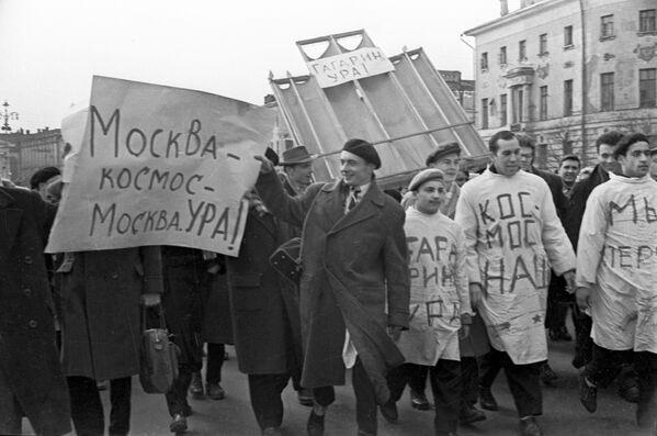 Gagarin, Hurrà! - La notizia dell'avvenuto volo di Yuri Gagarin venne accolta in tutta l'Unione Sovietica con manifestazioni spontanee nelle vie e nelle piazze delle città - Sputnik Italia