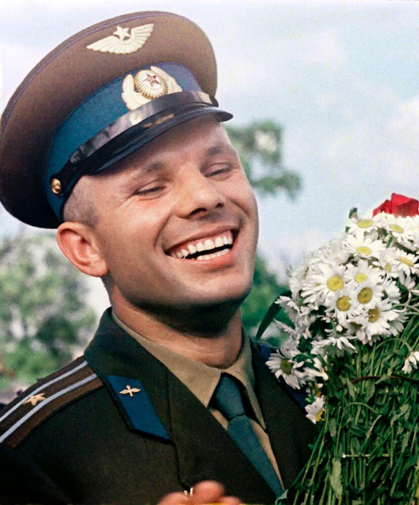 Yuri Gagarin riceve in dono un mazzo di margherite