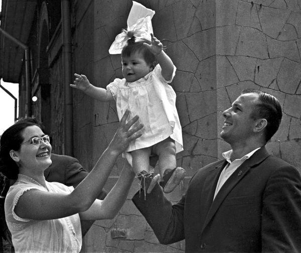 Yuri Gagarin con la figlia Galina e la moglie Valentina - Sputnik Italia