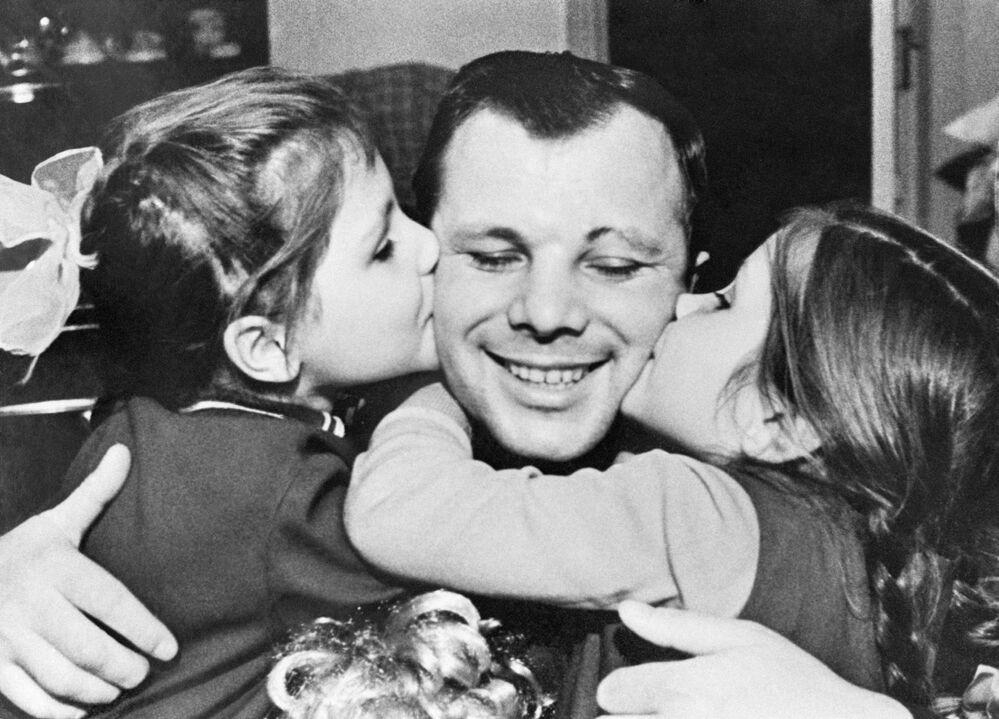 Yuri Gagarin con le figlie: Elena, nata il 17 aprile 1959, a sinistra, e Galina, nata il 7 marzo 1961, a destra