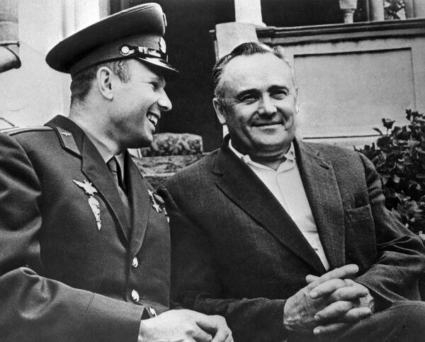 Yuri Gagarin e Sergey Korolev insieme dopo il primo volo nello spazio  - Sputnik Italia