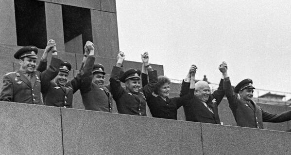 21 giugno 1963: Yuri Gagarin insieme agli altri cosmonauti Valentina Tereshkova, German Titov, Pavel Popovich, Andrian Nikolayev e Valery Bykovskiy, in piedi sulla tribuna d'onore del Mausoleo di Lenin nella piazza Rossa, insieme al segretario generale del PCUS Nikita Krushev - Sputnik Italia