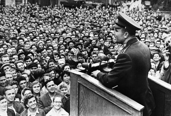 5 settembre 1962, Yuri Gagarin pronuncia un discorso di fronte ai lavoratori di una fabbrica di Leningrado - Sputnik Italia