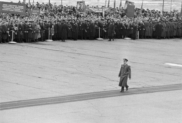 13 aprile 1961, Yuri Gagarin, viene accolto dalla folla all'aeroporto moscovita di Vnukovo  - Sputnik Italia