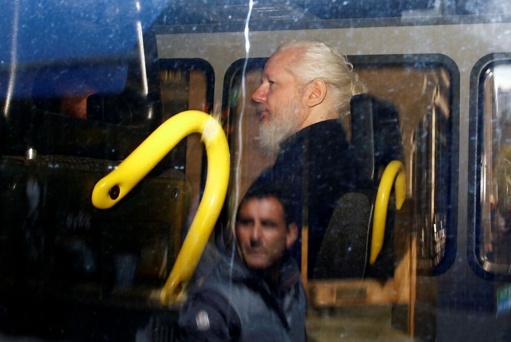 Il co-fondatore di Wikileaks Julian Assange dopo l'arresto nell'Ambasciata di Ecuador a Londra.
