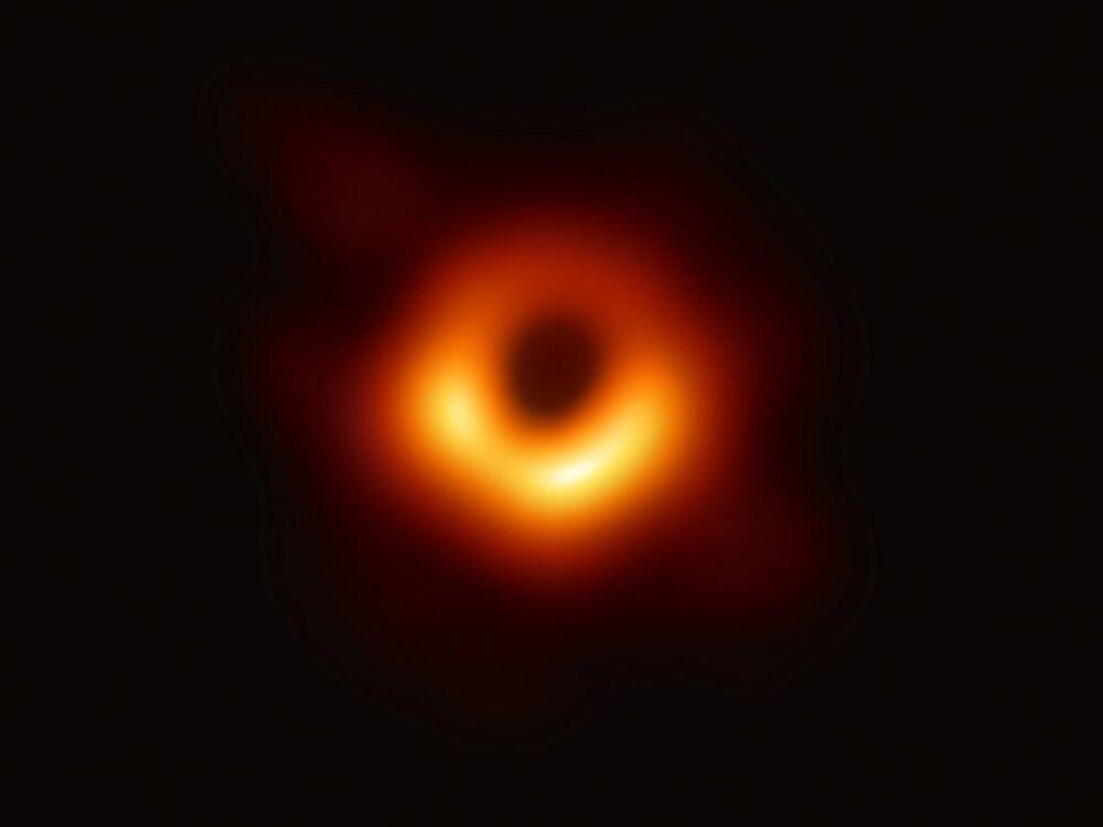 La foto del buco nero ottenuta usando la rete globale di telescopi per ottenere informazioni sugli oggetti celesti con campi gravitazionali talmente forti che nessuna materia o luce può sfuggire.