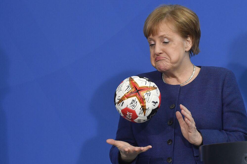 Angela Merkel con un pallone da pallamano.