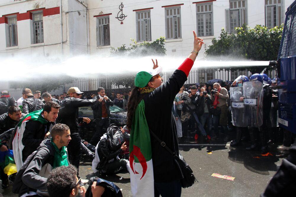 Manifestazioni contro il governo nella capitale di Algeria.