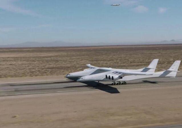 L'aereo a due fusoliere e sei motori dell'azienda Stratolaunch Systems