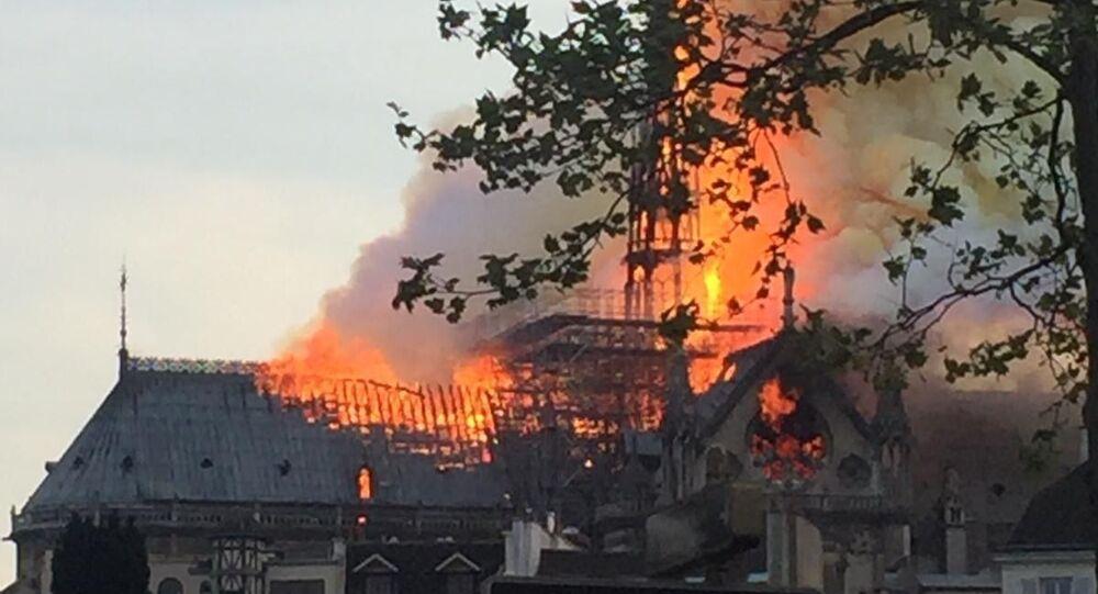 Il fuoco ha causato il crollo del tetto della cattedrale