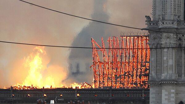 Incendio alla Cattedrale di Notre-Dame in centro a Parigi - Sputnik Italia