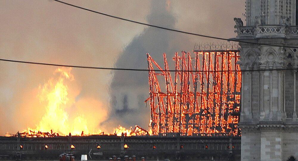 Incendio alla Cattedrale di Notre-Dame in centro a Parigi