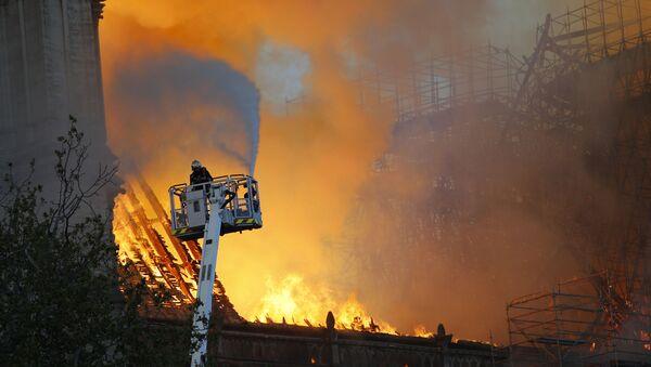 Pompieri cercano di spegnere l'incendio della Cattedrale di Notre Dame - Sputnik Italia