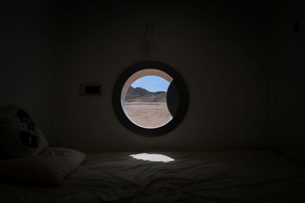 La vista da uno dei finestrini della base, che simulano quelli di una navicella spaziale