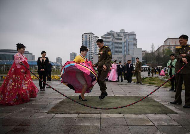 La foto del matrimonio dei novelli sposi a Pyongyang, Corea del Nord.