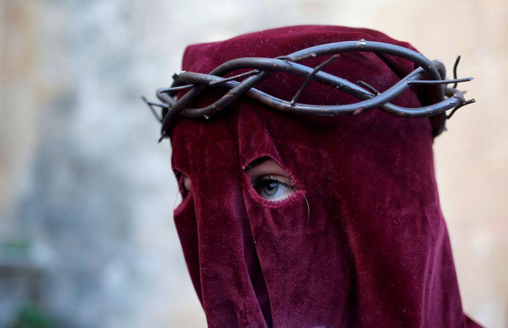 Una partecipante alla celebrazione della Settimana Santa a Ronda, Spagna.