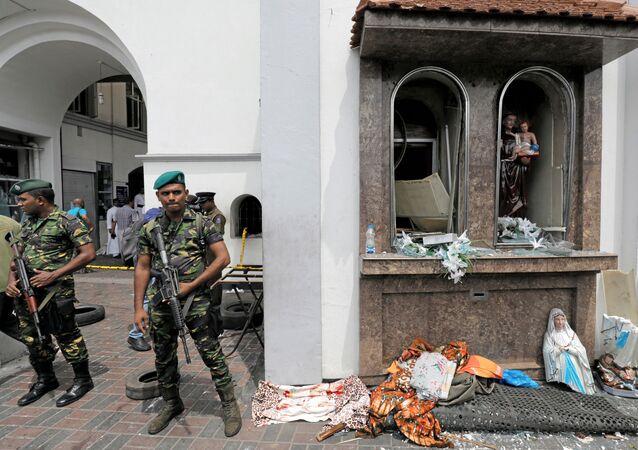 Soldati sul luogo dell'esplosione a Colombo, Sri Lanka