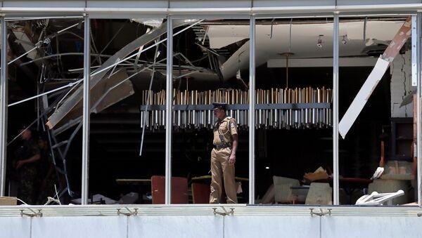 Un poliziotto al sito dell'esplosione a Colombo, Sri Lanka - Sputnik Italia