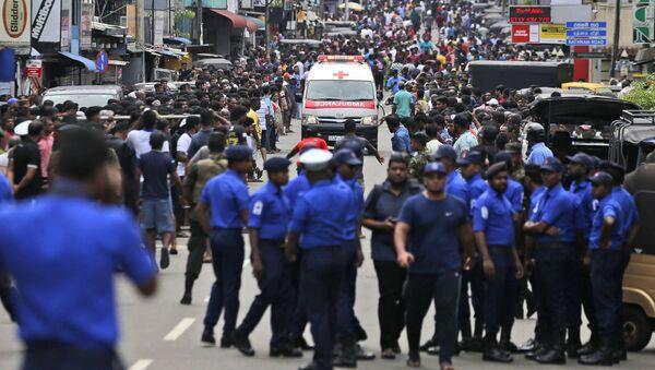 Ambulanza arriva al luogo dell'esplosione in una chiesa a Colombo, Sri Lanka, 21 aprile. - Sputnik Italia
