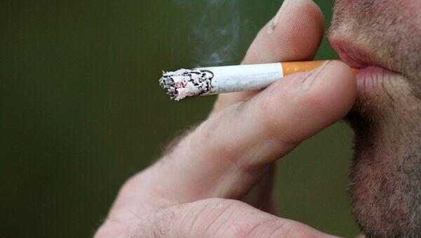 Un uomo fuma - Sputnik Italia