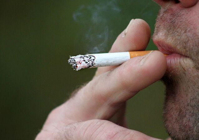 Un uomo fuma