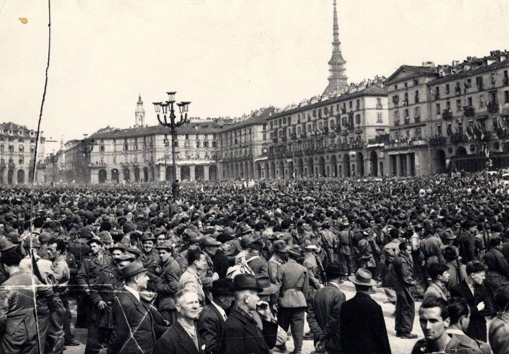6 maggio 1945: Sfilata della Liberazione in piazza Vittorio Veneto a Torino